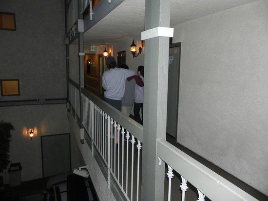 BEST WESTERN Airport Plaza Inn: Saindo a pé a noite.