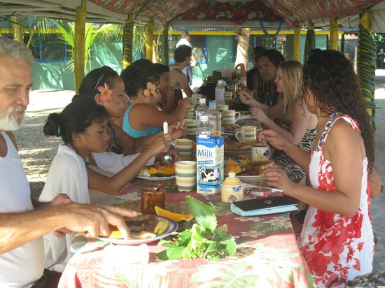 Tanu Beach Fales : Dinner time with the family