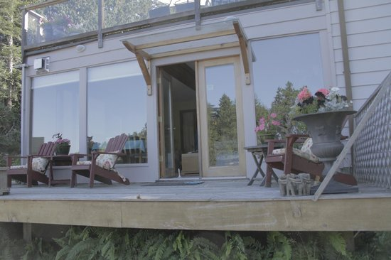 Salish Sea Bed & Breakfast: All glass across the front, to enjoy the view