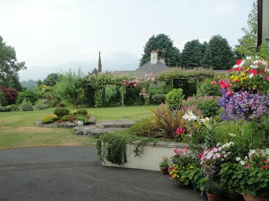 Mountain View Bed & Breakfast: Gardens and view of the Mourne Mountains