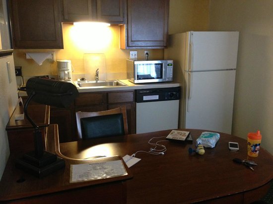 Hawthorn Suites By Wyndham Dayton Mall South Miamisburg: Kitchen and another sitting area