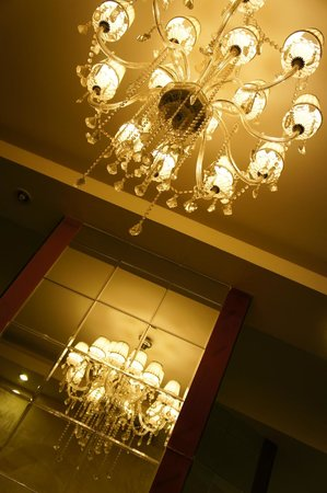 Mai Hotel Hanoi: little chandelier at living room