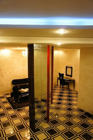 Mai Hotel Hanoi: mirrors pillars