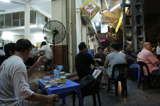 Mai Hotel Hanoi : Cua Hang Ngoc Linh Restaurant at night...