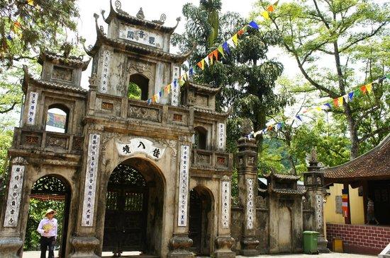Mai Hotel Hanoi : Ancient archway to Perfume Pagoda