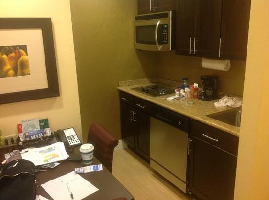 Homewood Suites by Hilton Carle Place - Garden City : kitchen and dining table (at the end of the week)
