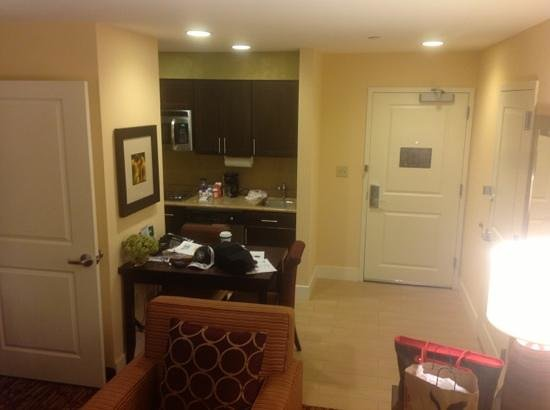Homewood Suites by Hilton Carle Place - Garden City: looking into kitchen from living rm