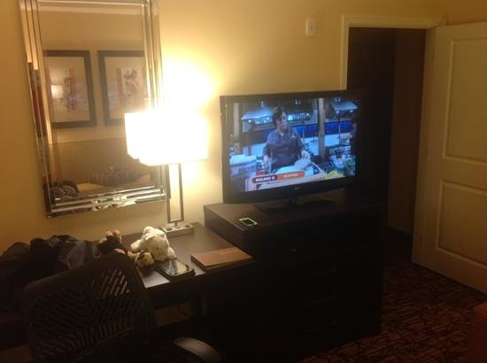 Homewood Suites by Hilton Carle Place - Garden City: desk and tv in living room