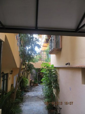 Villa Mirasol Hotel: Escondido is at the end of this passage