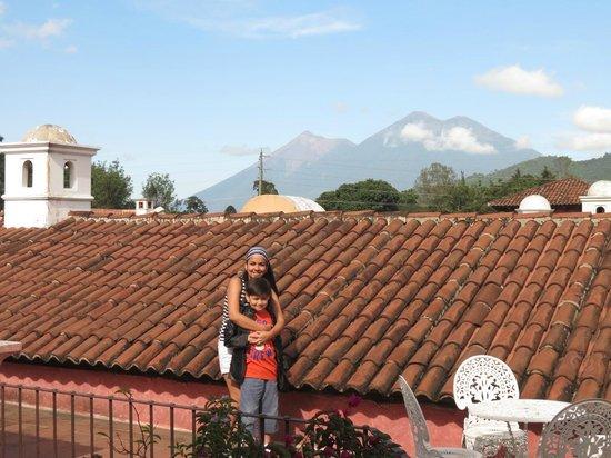 La Casona de Antigua: bello paisaje con esos volcanes de fondo