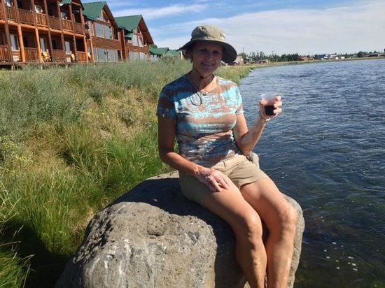 Angler's Lodge: Happy Hour on the banks of Henry's Fork at Anglers Lodge