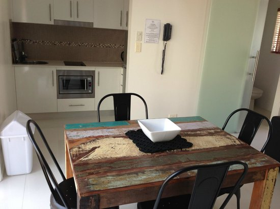 Byron Central Apartments : new granite kitchen