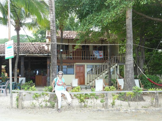 Hotel Brasilito : I am standing on the beach looking at the beach front part of the hotel.