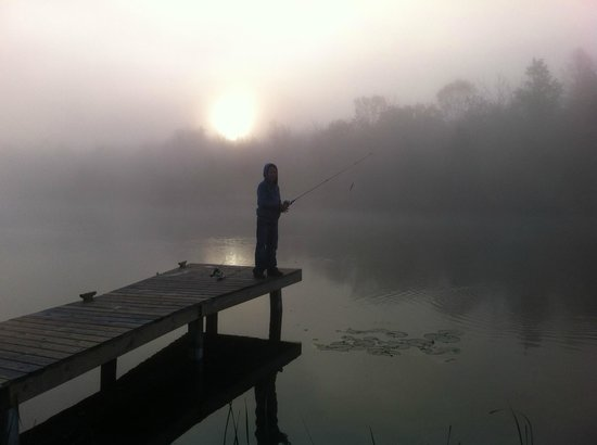 Crooked River Lodge: Sunrise fishing at the Crooked River dock.