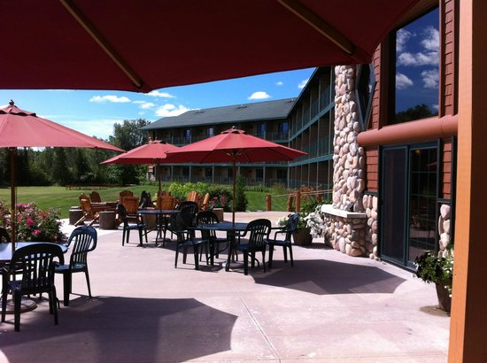 Crooked River Lodge: Patio off the lobby.