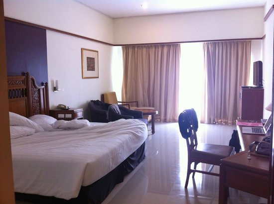Loei Palace Hotel : Room with huge window but no private balcony
