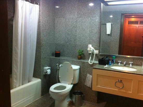 Loei Palace Hotel : The bathroom with bathtub