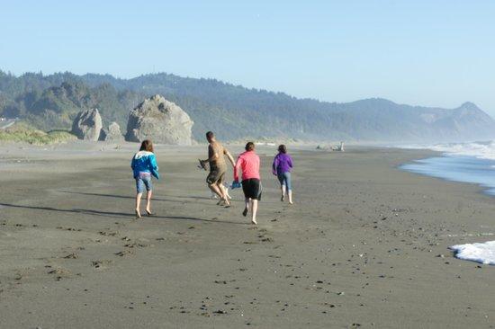 Turtle Rock Resort: Running on the beach at Turtle Rock