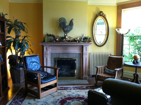 Chinaberry Hill - A Luxury Urban B&B Experience: Lovely sitting area