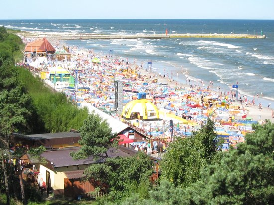 Neptun Hotel: Crowded beach near hotel
