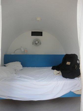 Tubohotel: La habitación cuenta con dos enchufes, una lampara y un ventilador