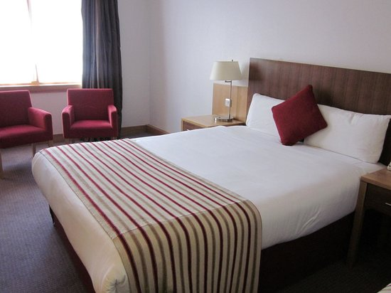 Clayton Hotel Cardiff Lane: Comfy Bed and Seating Area