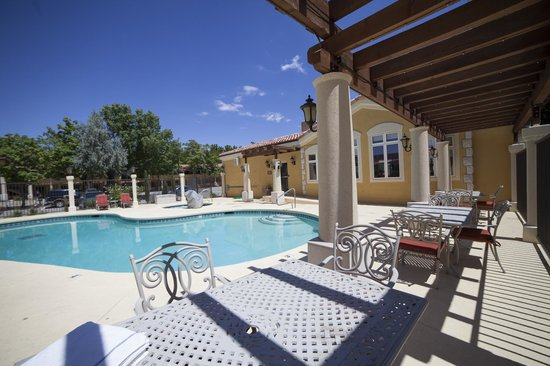 Best Western Plus Greenwell Inn: Relax and play in our spacious pool and hot tub area.