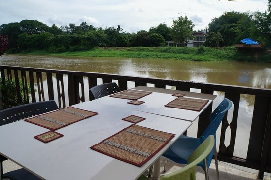 Club One Seven Chiang Mai: Great to eat something here while looking to the river