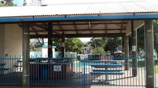 Palm Beach Mobile and Tourist Park: pool & BBQ area