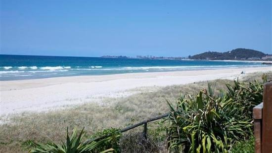 Palm Beach Mobile and Tourist Park: Beach across the road