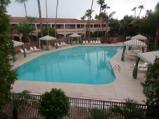 La Fuente Inn & Suites: pool area