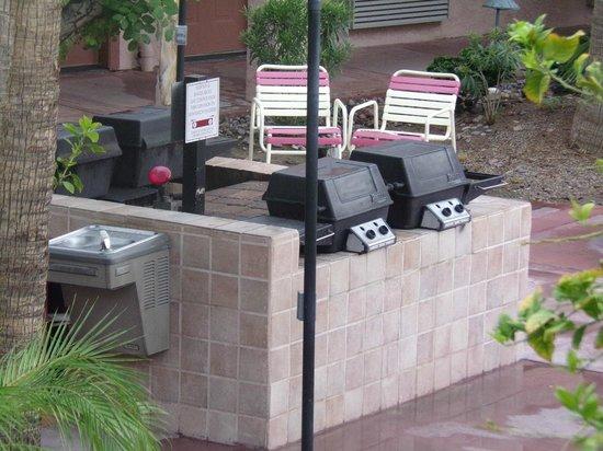 La Fuente Inn & Suites: outdoor grill area
