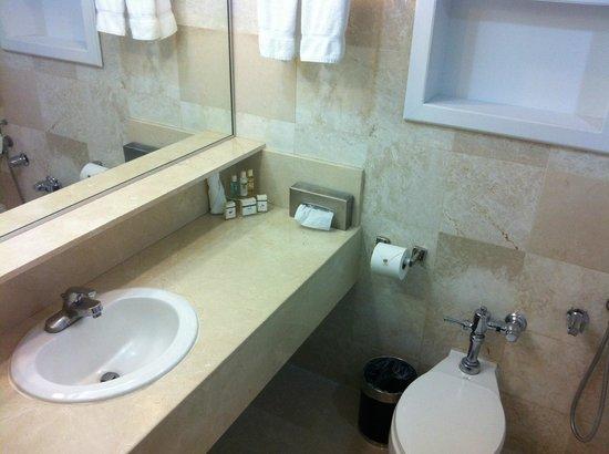 Hotel El Panama: Bathroom with welcome kit