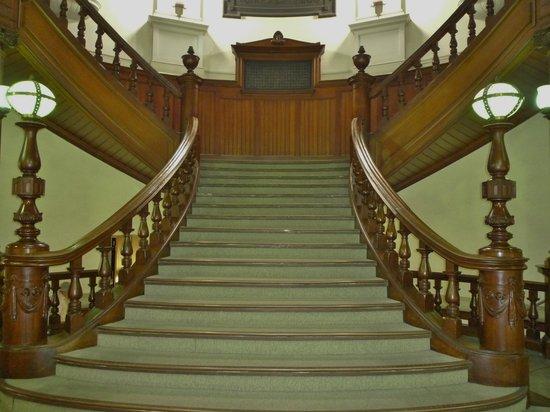 Osaka Prefecture Library : レトロな雰囲気の階段
