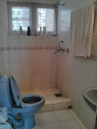 Hotel Melungtse: shower and bathroom