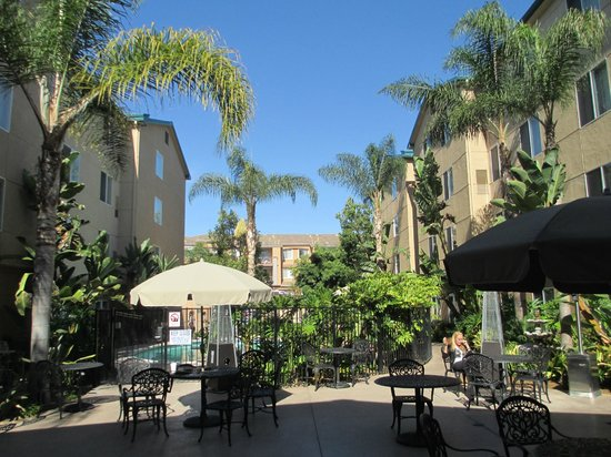 Homewood Suites by Hilton San Diego-Del Mar: Looking out from the dining room to the pool area and outdoor eating area.