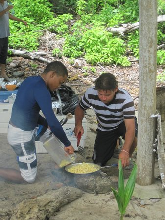 The Resort at Isla Palenque: Rodolfo and crew preparing lunch during an Island hopping excursion