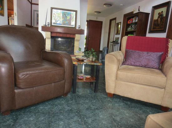 Yavne'el B & B: Lots of comfortable seating.