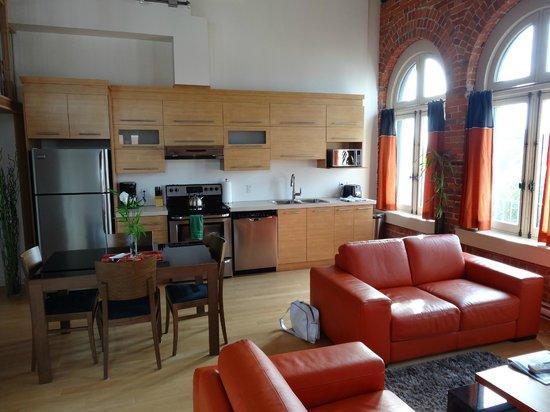 Les Lofts 1048: Cuisine , coin repas et une partie du salon.