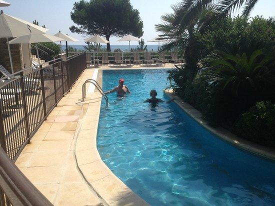 Hotel La Lagune : la piscine pour les petits, un bras autour d'u îlot de palmiers