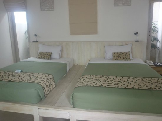 Artemis Villa and Hotel: twin beds,spacious an japanese touch with balinese style