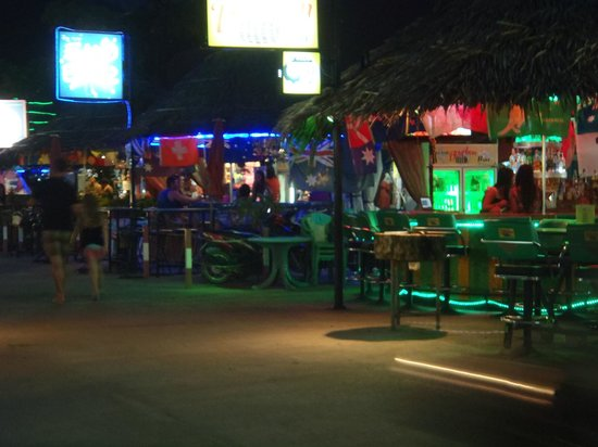 Patong OTOP Shopping Paradise: nice an clean an open air market,not hectic her to shop.
