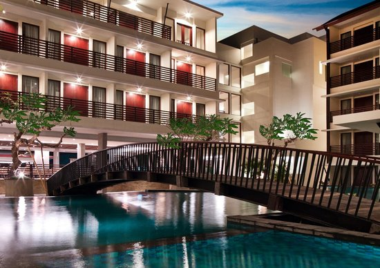 Sun Island Hotel & Spa Kuta: Swimming Pool at night