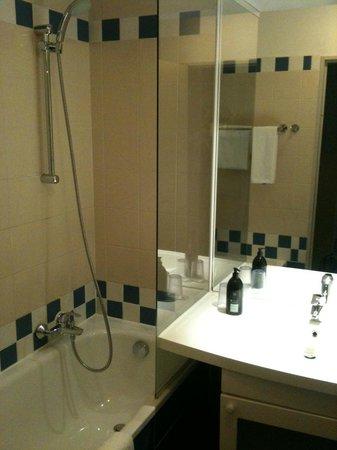 Adagio Paris La Defense Le Parc : Salle de bain avec WC séparés