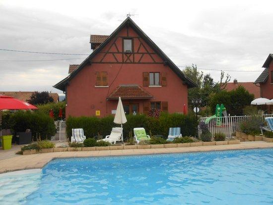 """Hotel au Soleil : autre vue de la partie """"chambres"""" et piscine"""