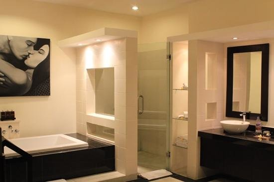 Bali Yubi Villa: very spacious bathroom
