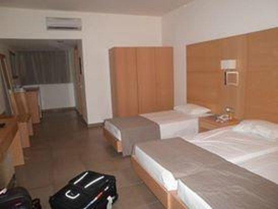 Island Blue Hotel: Spacious room