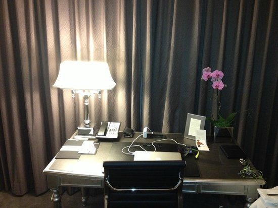 Trump International Hotel & Tower Toronto: Very functional desk, highly functional for the business traveller.