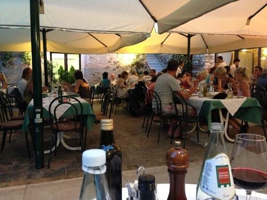 Antica Osteria Corte Calcina: tavoli esterni in corte