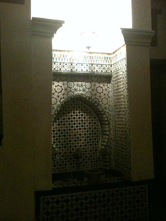 Dar Houdou Guest House : Fountain detail inside the hall